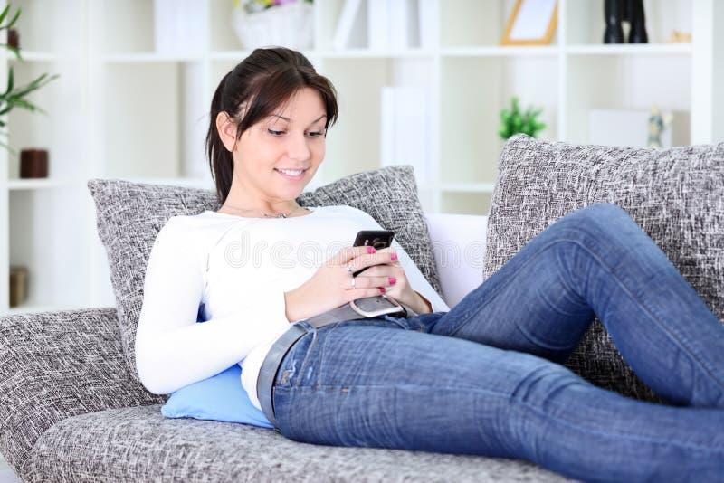 Texting dziewczyny wiadomość obraz stock