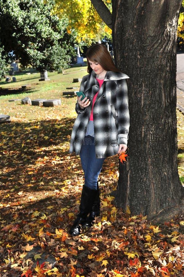 Texting em Autumn Day fotografia de stock