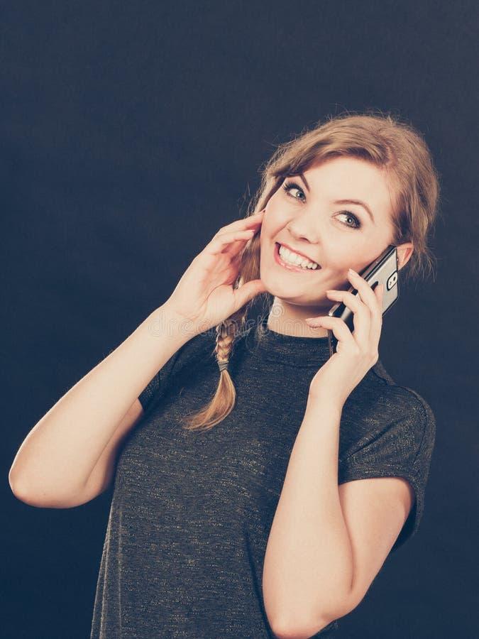 Texting flertando da mulher atrativa no telefone celular fotos de stock royalty free
