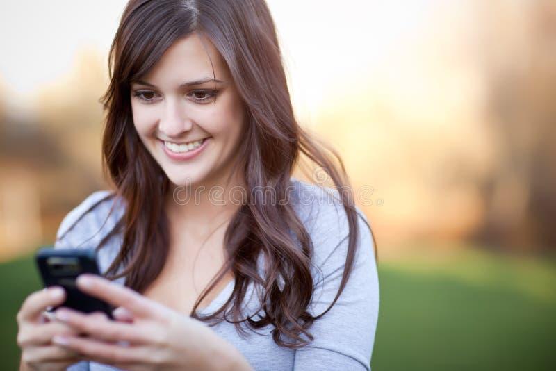 Texting Frau stockbild