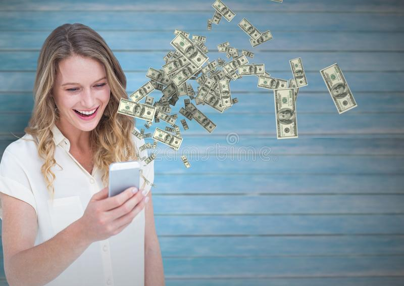 texting geld gelukkige vrouw met telefoon, geld die omhoog uit telefoon komen stock foto's