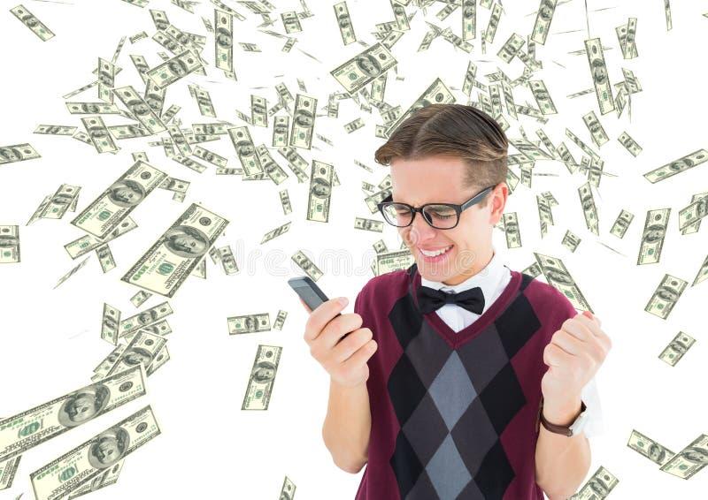 texting geld Het jonge frikimens vieren met telefoon op de hand geld overal stock fotografie
