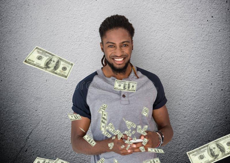 texting geld Jonge mens met telefoon Geld die omhoog uit telefoon komen royalty-vrije stock fotografie