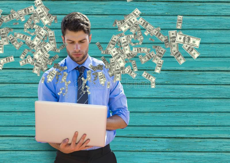 texting geld Jonge Zakenman met Laptop Geld die omhoog uit laptop komen royalty-vrije stock afbeeldingen