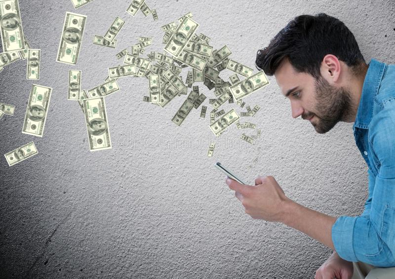 texting geld mensenzitting met telefoon, geld die omhoog uit telefoon komen stock afbeeldingen