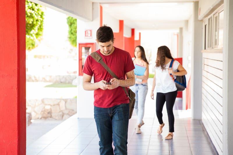 Texting i chodzić przy szkołą zdjęcia stock