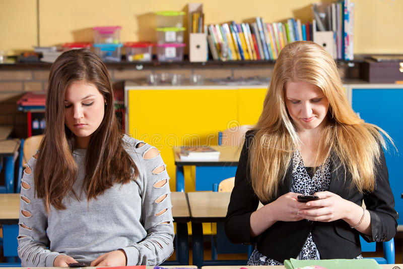 Texting im Klassenzimmer lizenzfreie stockbilder