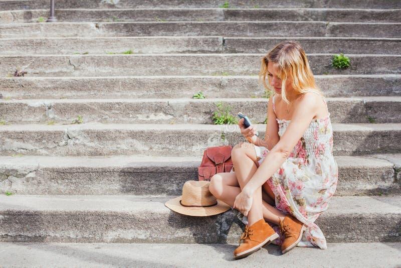 Texting op mobiel, vrouw gebruikend smartphone app stock afbeeldingen