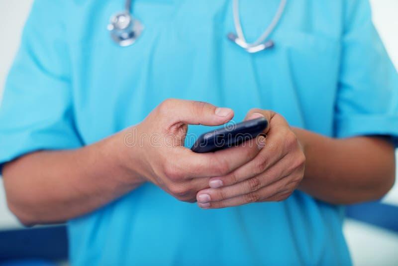 Texting på mobil ringer royaltyfri bild