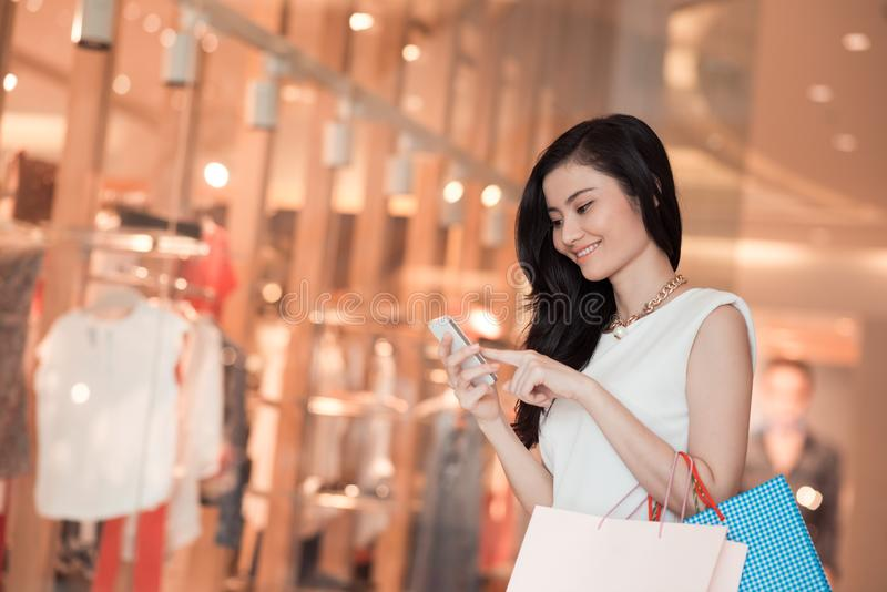 Texting piękna kobieta obrazy stock