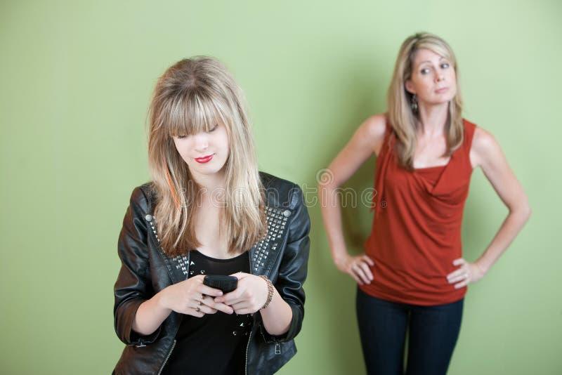 Texting teenager fotografia stock libera da diritti