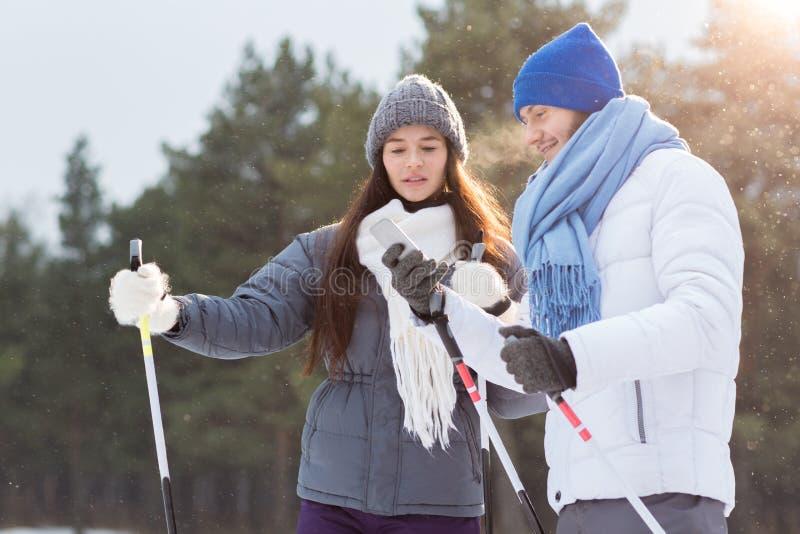 Texting terwijl het ski?en stock foto's