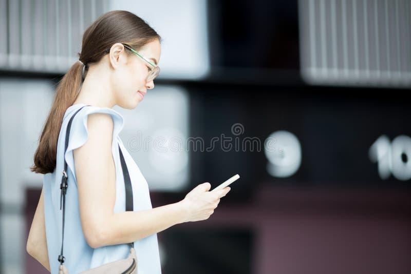 Texting w drodze obraz stock