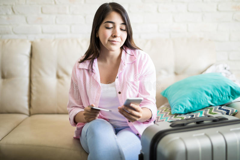 Textingsvriend alvorens om hem te reizen te bezoeken stock afbeeldingen