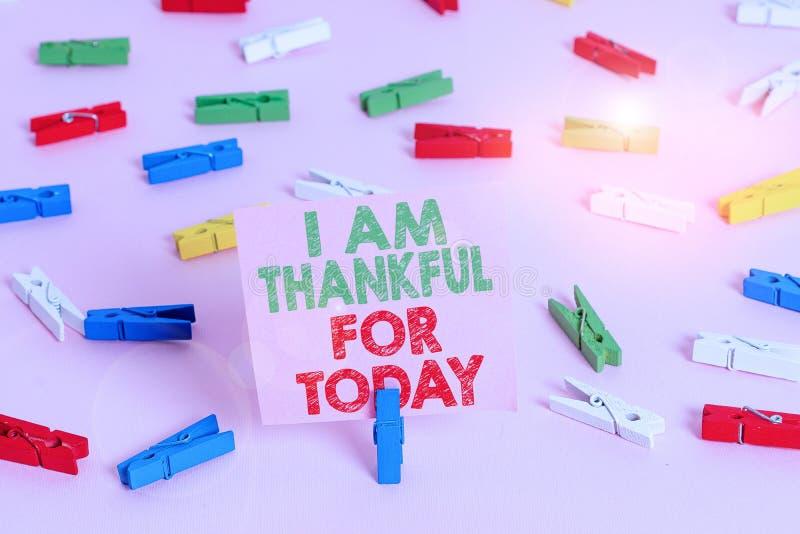 Textmärkning som visar att jag är tacksam för i dag Konceptuellt foto Grattis till att leva en dag till. Filosofi färgad royaltyfri fotografi
