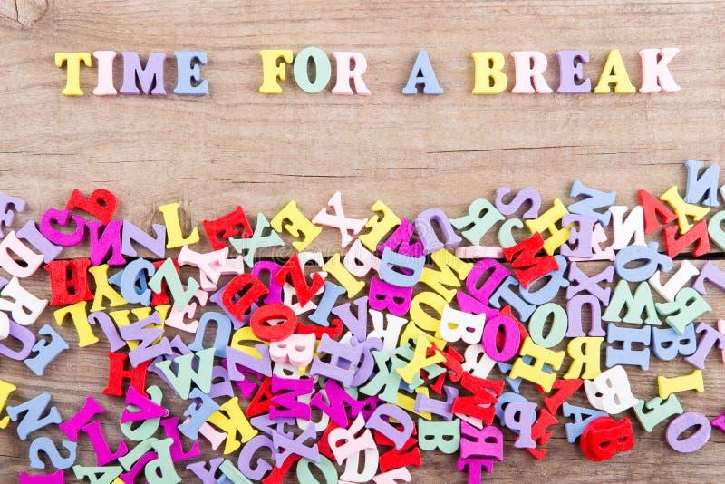 Texto 'hora para uma ruptura 'de letras de madeira coloridas imagens de stock
