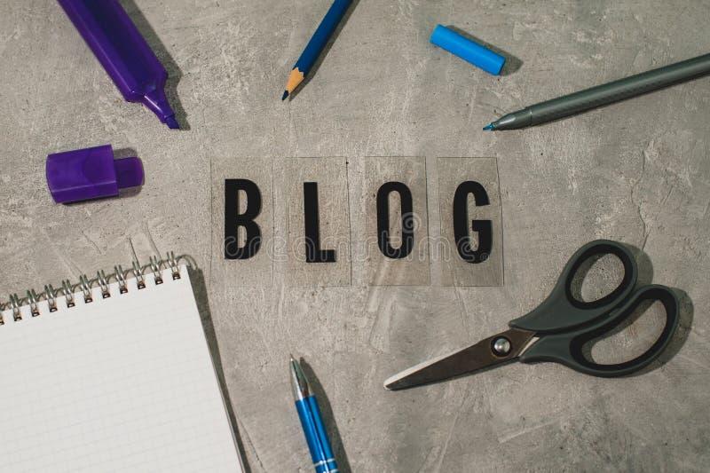 Texto - blogue, marcador, pena, lápis, bloco de notas, tesouras, bloco de notas fotografia de stock