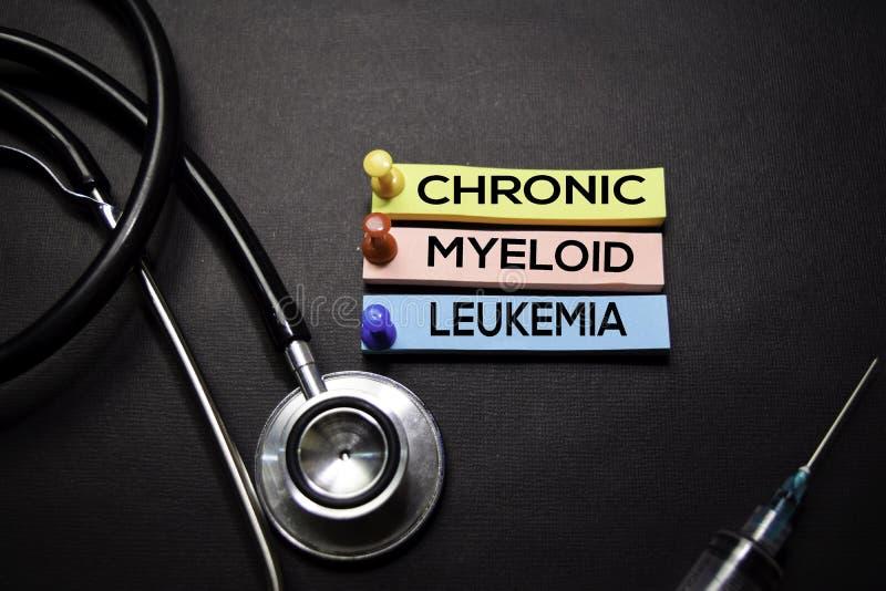 Texto crônico da leucemia mieloide em notas pegajosas Vista superior isolada no fundo preto Cuidados m?dicos/conceito m?dico foto de stock