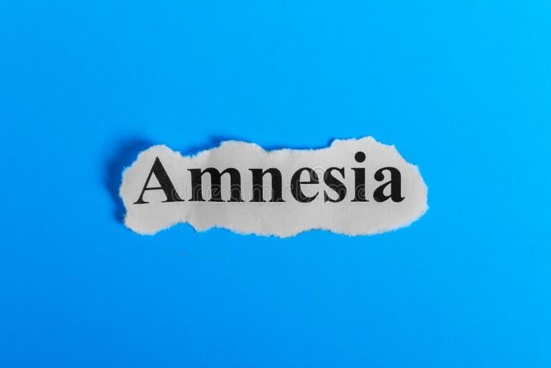Texto da amnésia no papel Amnésia da palavra em um pedaço de papel Imagem do conceito Síndrome da amnésia fotografia de stock royalty free
