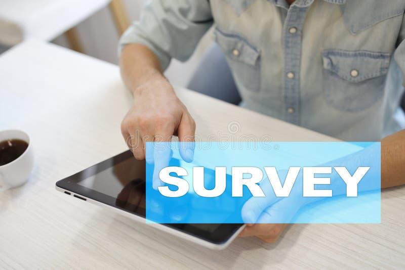 Texto da avaliação na tela virtual Feedback e homenagens dos clientes Internet do negócio e conceito da tecnologia imagem de stock royalty free