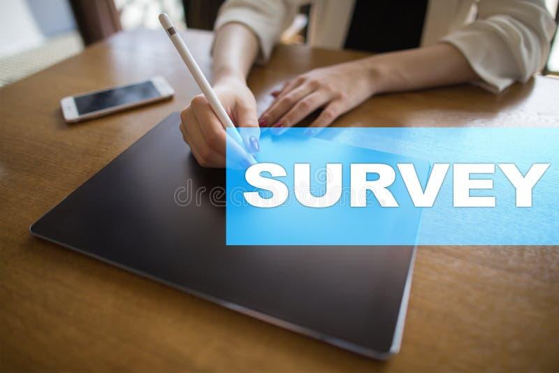 Texto da avaliação na tela virtual Feedback e homenagens dos clientes Internet do negócio e conceito da tecnologia imagem de stock