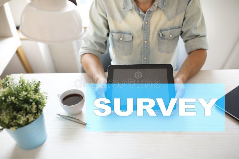 Texto da avaliação na tela virtual Feedback e homenagens dos clientes Internet do negócio e conceito da tecnologia foto de stock
