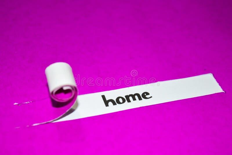Texto da casa, conceito da inspiração, da motivação e do negócio no papel rasgado roxo imagem de stock