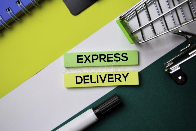 Texto da entrega expressa em notas pegajosas com conceito da mesa de escritório fotografia de stock