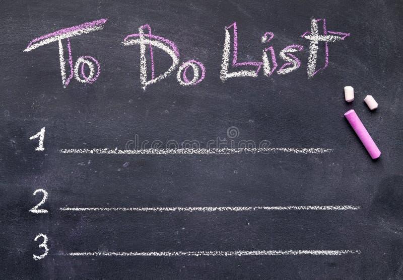 Texto da escrita com giz branco e cor-de-rosa na placa preta imagem de stock
