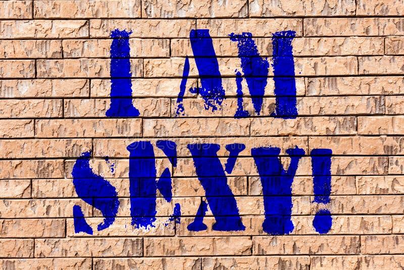 Texto da escrita eu sou 'sexy' Sentimento do significado do conceito da conscientização da atração da arte da parede de tijolo da imagens de stock royalty free