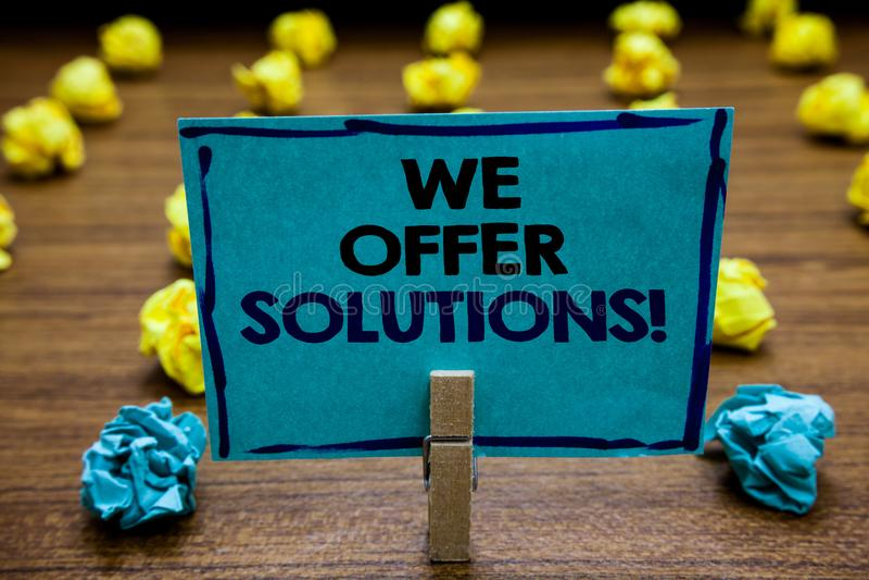 Texto da escrita nós oferecemos soluções Ideias de oferecimento das estratégias do conselho de peritos do auxílio da ajuda do sig fotos de stock royalty free