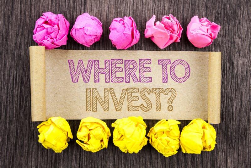 Texto da escrita onde investir a pergunta Conceito que significa a renda financeira que investe a riqueza do conselho do plano es foto de stock