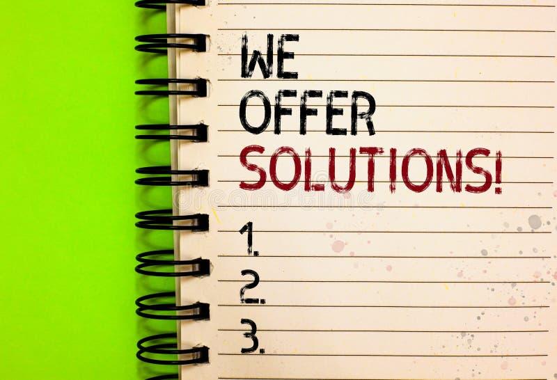 Texto da escrita da palavra nós oferecemos soluções Conceito do negócio para as ideias de oferecimento das estratégias do conselh foto de stock royalty free