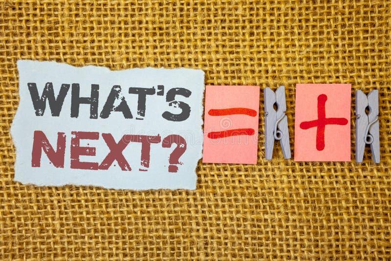 Texto da escrita da palavra o que é pergunta seguinte Conceito do negócio para que a seguinte orientação das etapas continue a mo fotografia de stock
