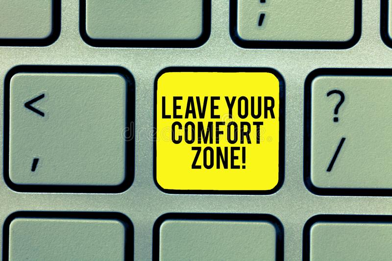 Texto da escrita da palavra para sair de sua zona de conforto Conceito do negócio para Make mudanças evoluir para crescer para to foto de stock