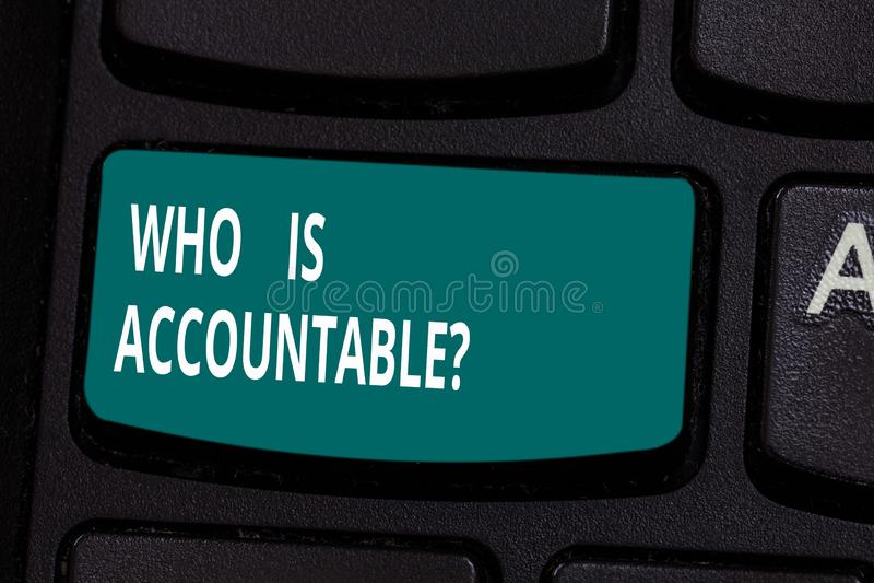 Texto da escrita da palavra quem é Accountablequestion Conceito do negócio para a ser responsável ou responsável para algo foto de stock