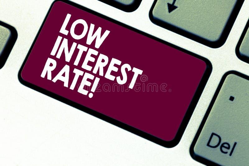 Texto da escrita que escreve a baixa taxa de juro Porcentagem do significado do conceito que o banco adiciona cada ano no investi imagens de stock