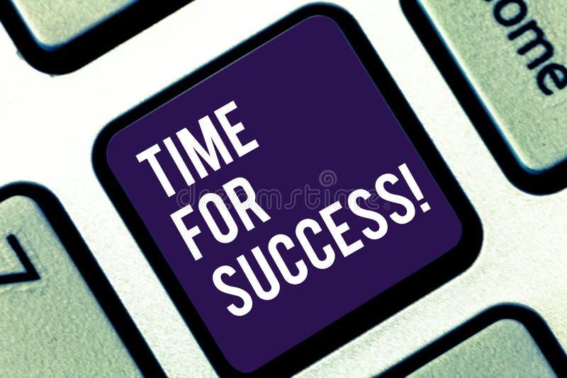 Texto da escrita que escreve a hora para o sucesso Significado do conceito para obter recompensas profissionais após o trabalho e fotografia de stock