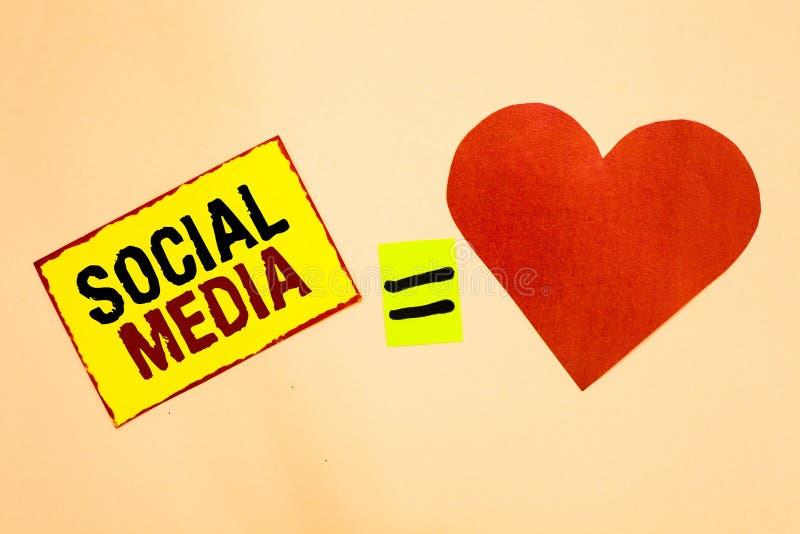 Texto da escrita que escreve meios sociais Conceito que significa o papel em linha da parte do amarelo de Microblogging dos traba fotografia de stock