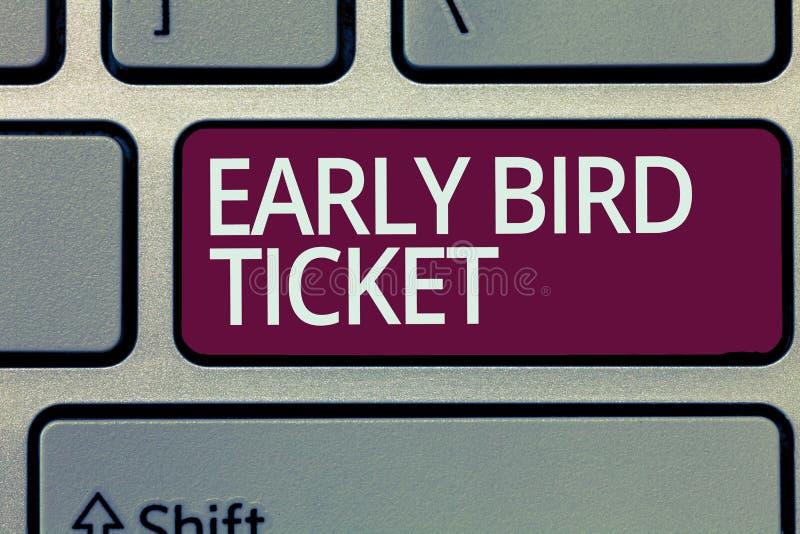 Texto da escrita que escreve o bilhete adiantado do pássaro Significado do conceito que compra um bilhete antes que sair para a v foto de stock