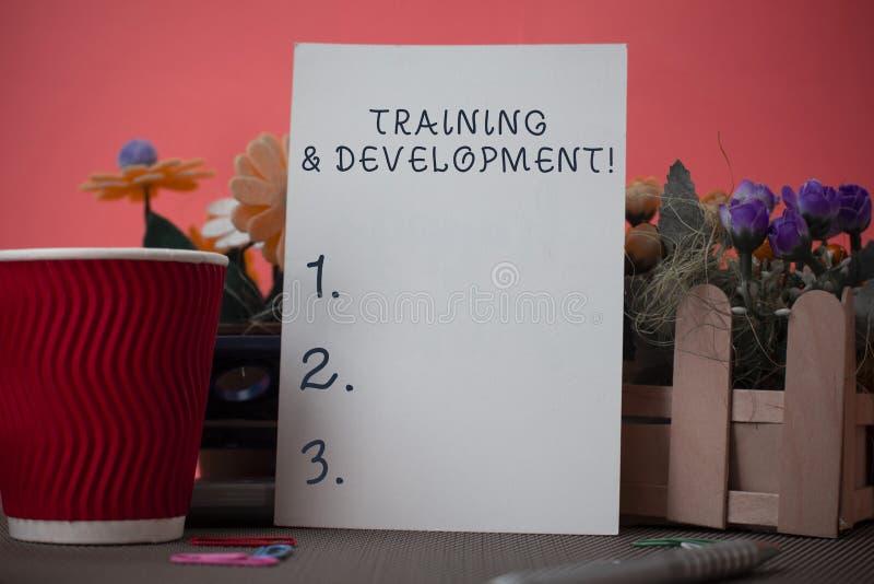 Texto da escrita que escreve o treinamento e o desenvolvimento O significado do conceito organiza a aprendizagem adicional expede fotografia de stock royalty free
