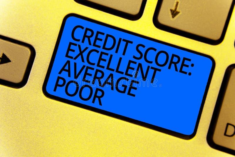 Texto da escrita que escreve pobres médios excelentes da pontuação de crédito Nível do significado do conceito de azul do teclado imagem de stock royalty free