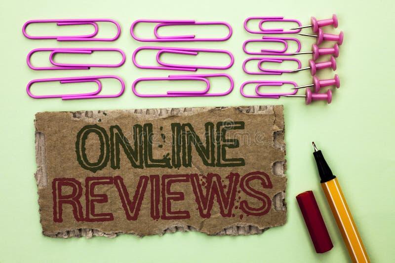 Texto da escrita que escreve revisões em linha Satisfação das opiniões da avaliação de cliente das avaliações do Internet do sign imagem de stock