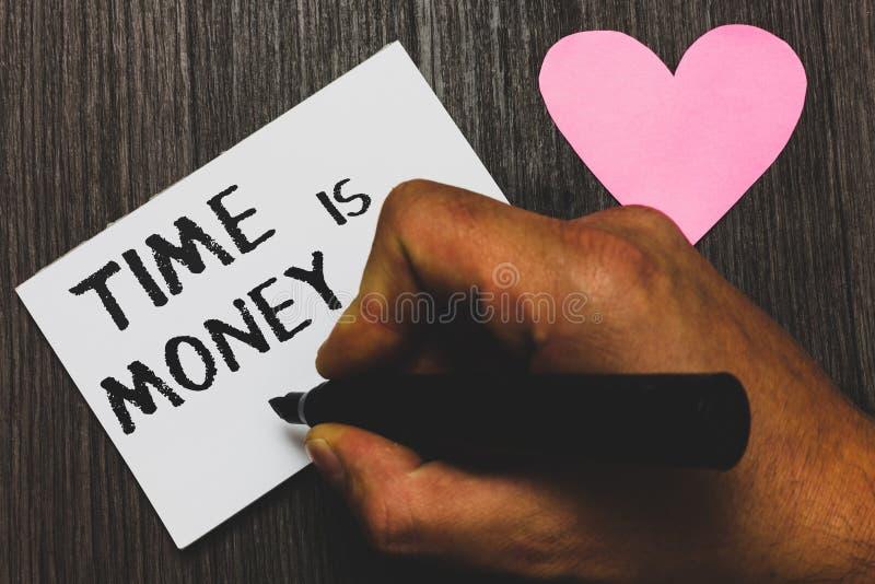 Texto da escrita que escreve Tempo é dinheiro O conceito que significa melhor fazer coisas o mais rapidamente possível não atrasa fotos de stock