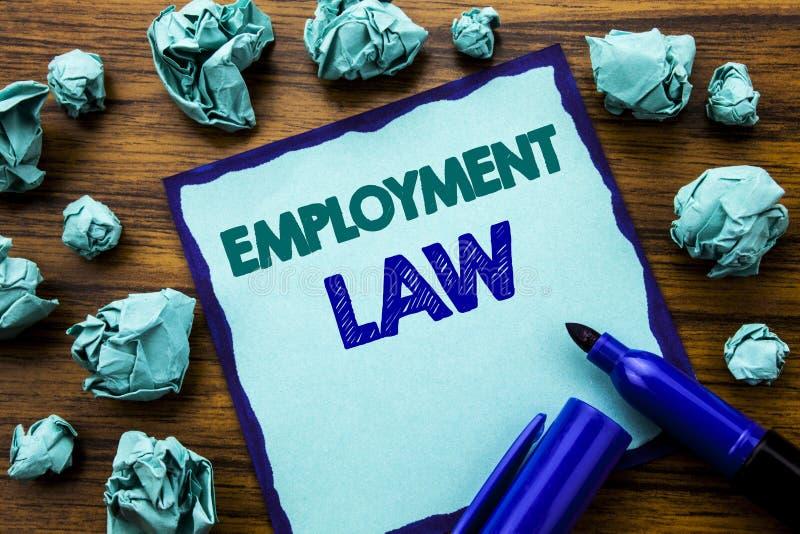 Texto da escrita que mostra direitos laborais Conceito do negócio para justiça legal Written do empregado no papel de nota pegajo fotos de stock