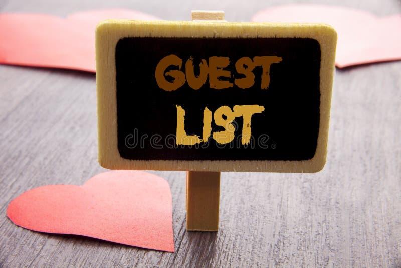 Texto da escrita que mostra o casamento ou o evento apresentando do planeamento da foto do negócio da lista do convidado convidad imagens de stock