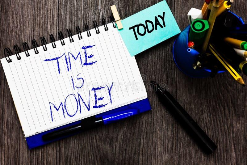 Texto da escrita Tempo é dinheiro O conceito que significa melhor fazer coisas o mais rapidamente possível não atrasa o pregador  imagem de stock royalty free