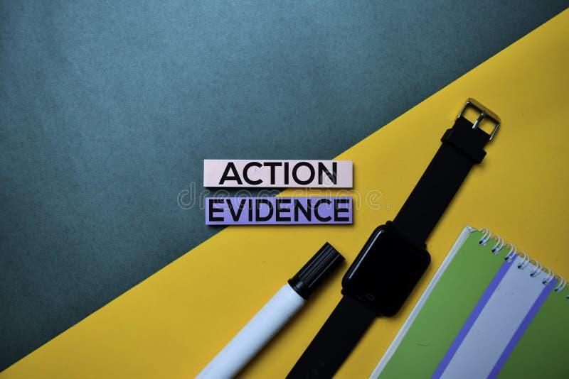 Texto da evidência da ação no fundo da tabela de cor da vista superior foto de stock royalty free