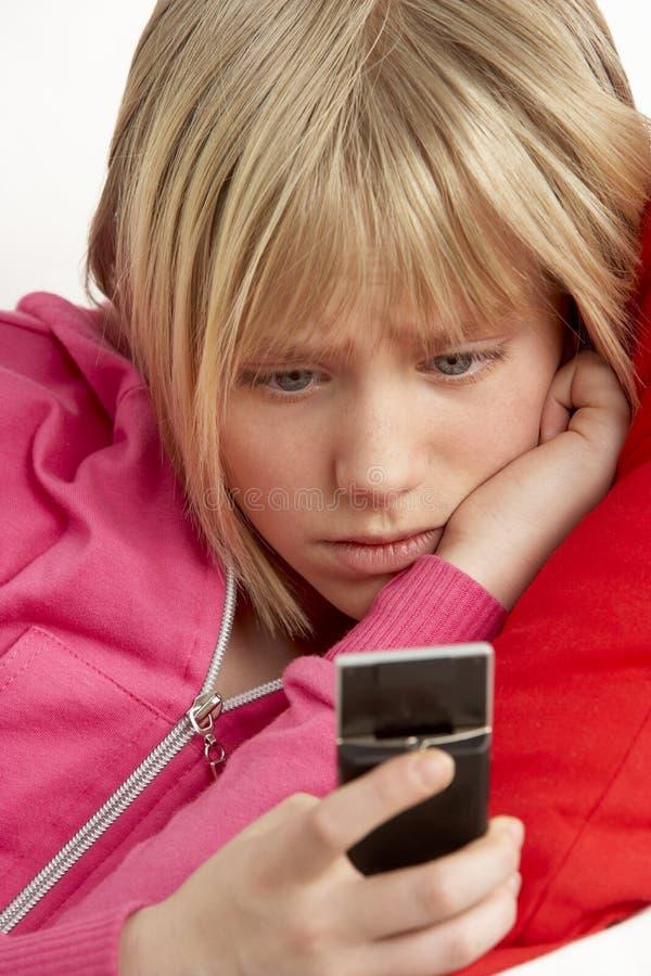 Texto da leitura da rapariga e vista preocupado fotografia de stock royalty free