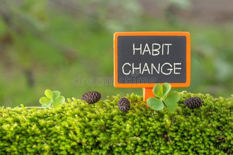 Texto da mudança do hábito no quadro-negro pequeno fotografia de stock